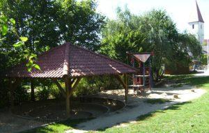 Gartenbereich mit Sandkasten und Kletterturm